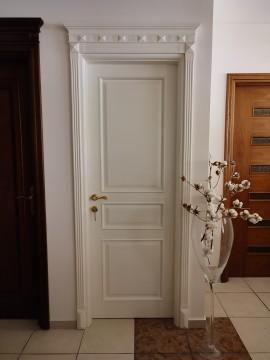Πόρτα ταμπλαδωτή – αέτωμα